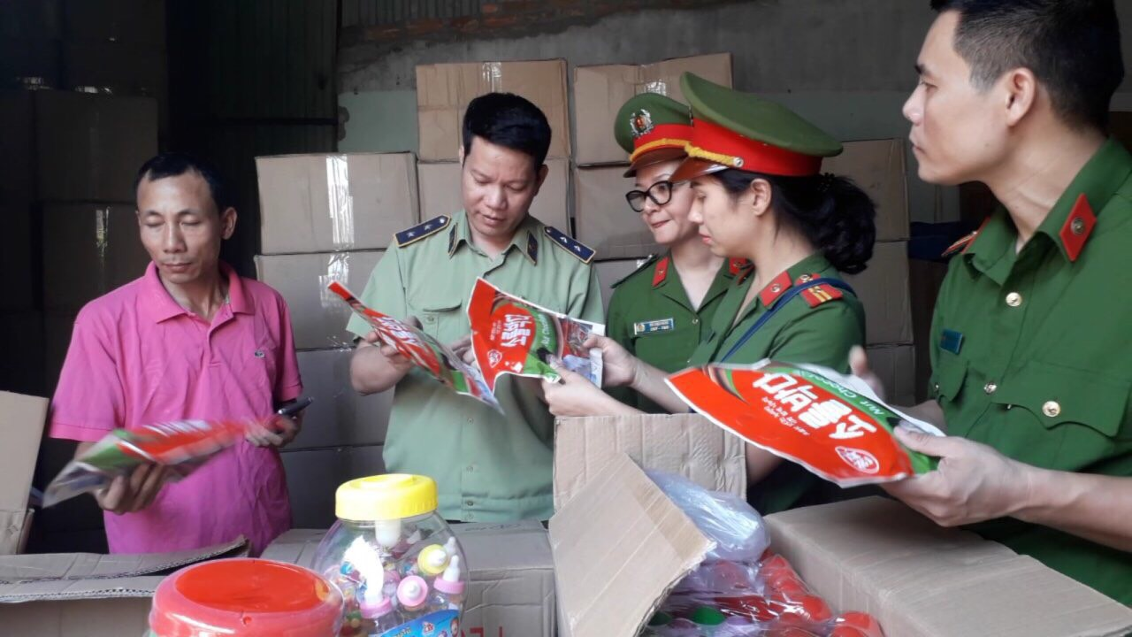 Hà Nội: Tạm giữ hàng trăm nghìn sản phẩm bánh kẹo và đồ chơi trẻ em các loại không có hóa đơn chứng từ chứng minh nguồn gốc