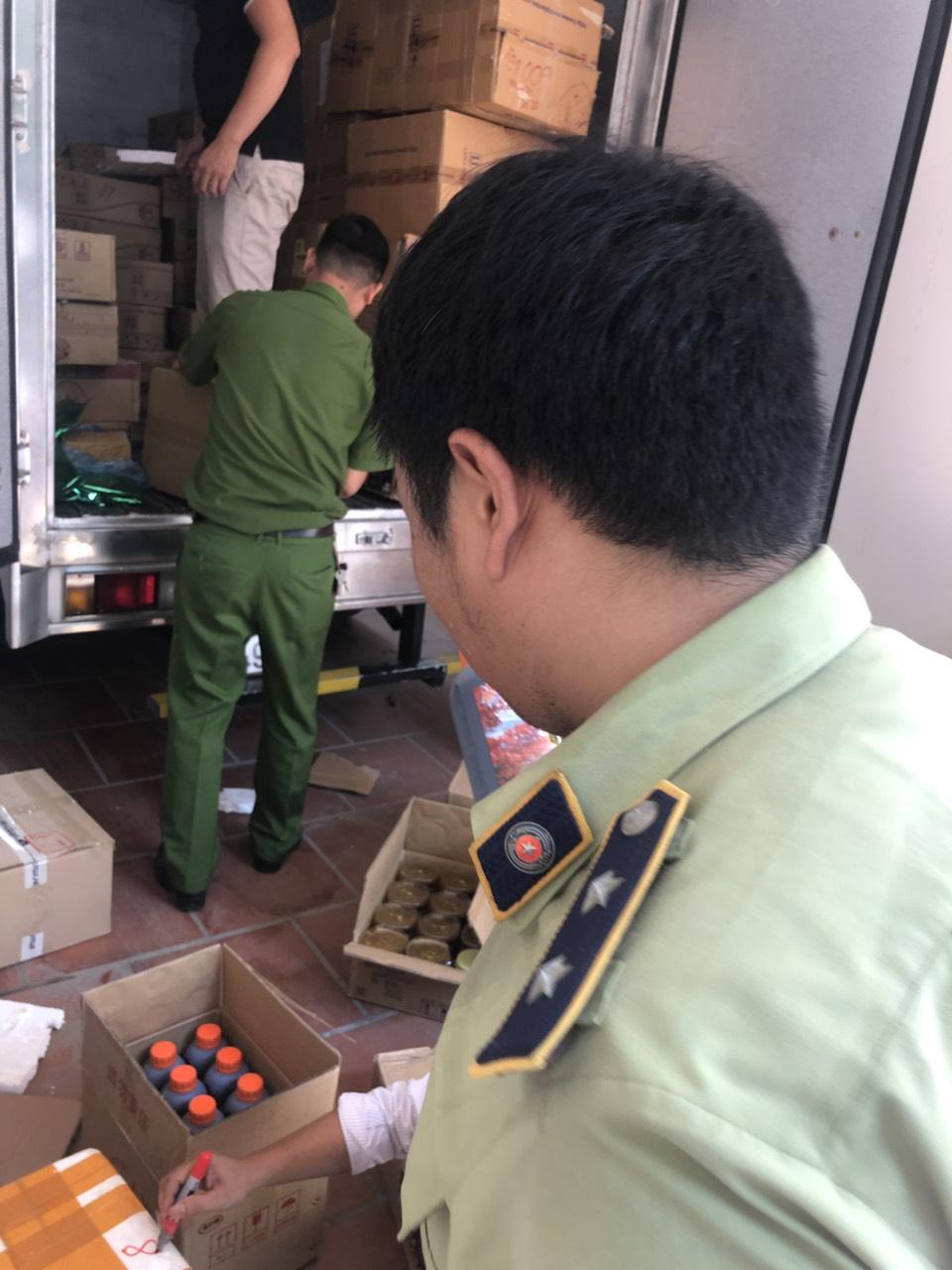Hà Nội: Tạm giữ 126 thùng catton, 10 thùng xốp chứa nguyên liệu pha chế trà sữa không có hóa đơn chứng từ chứng minh nguồn gốc.