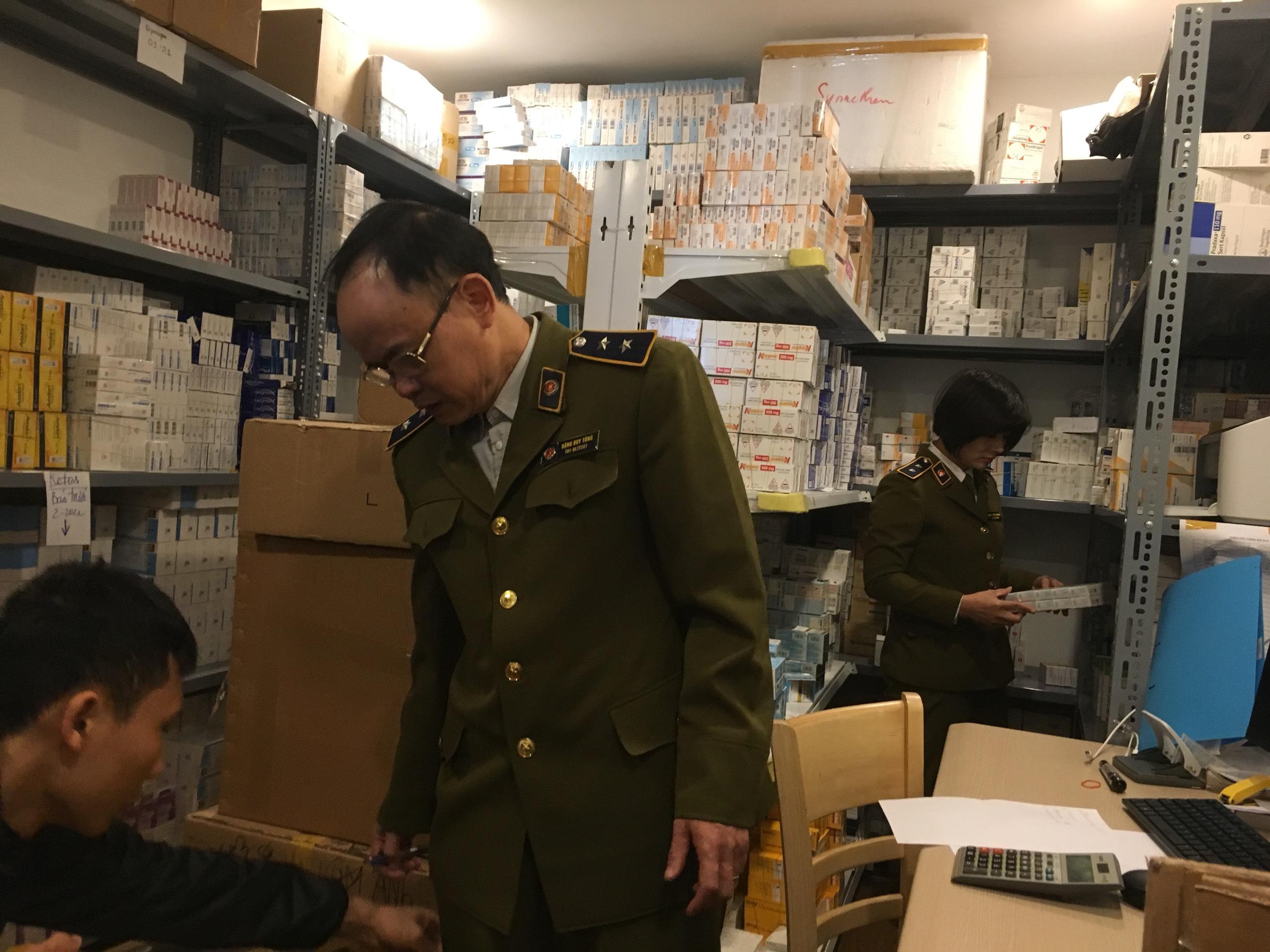 Hà Nội: Tạm giữ hàng trăm nghìn đơn vị thuốc tân dược chưa xuất trình được hóa đơn chứng từ chứng minh nguồn gốc hợp pháp.