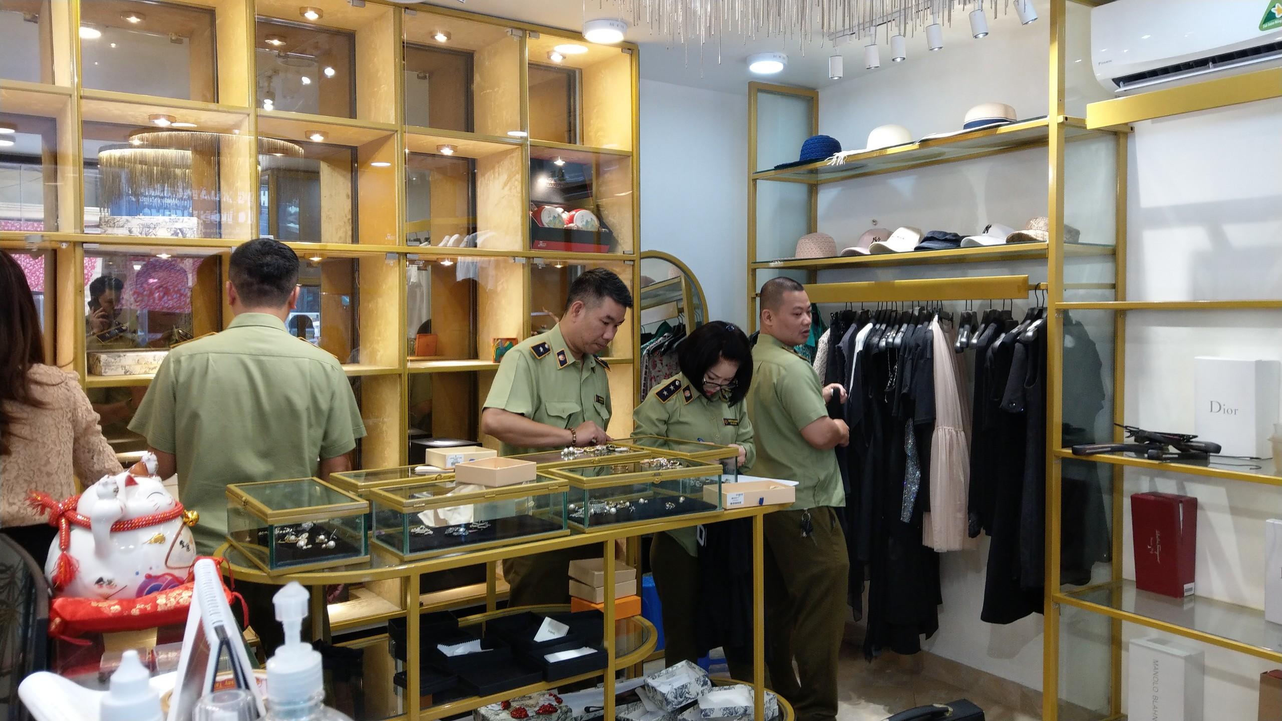 QLTT Hà Nội: Cục QLTT thành phố Hà Nội phối hợp với Cục Nghiệp vụ - Tổng Cục QLTT tiến hành kiểm tra 07 cơ sở có dấu hiệu kinh doanh hàng giả trên địa bàn quận Hoàn Kiếm.