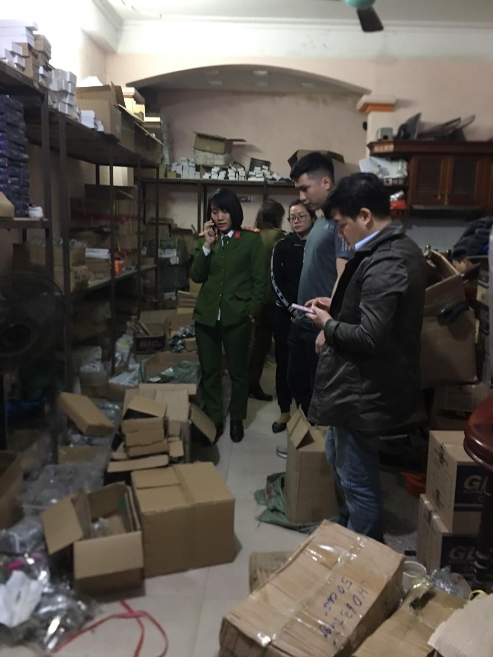 QLTT Hà Nội: Tạm giữ hàng trăm sản phẩm có dấu hiệu giả mạo nhãn hiệu và có dấu hiệu xâm phạm quyền Sở hữu công nghiệp.