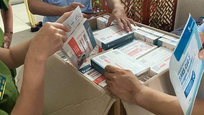 QLTT Hà Nội: Cục Quản lý thị trường Hà Nội vừa phối hợp cơ quan công an phát hiện một đường dây mua bán que test nhanh Covid-19 do nước ngoài sản xuất, chưa xuất trình được hóa đơn, chứng từ.